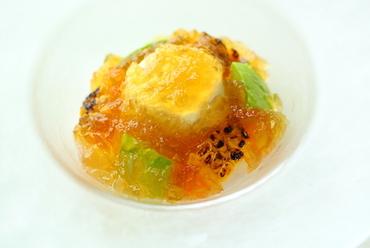 キラキラと美しい『焼きトウモロコシのヴァヴァロワ、アボカド、スモークサーモン、コンソメジュレ寄せ』
