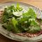 豊かな風味が食欲をそそる『阿蘇産あか牛のカルパッチョ サラダのせ』