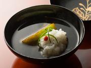 懐石料理の中心となる『煮物椀』は、満足感を高めるため、車海老などの魚介や野菜などの季節の味覚を合わせた具材をたっぷりと。羅臼コンブと本鰹節でとった出汁を合わせ、日本の旬の食材の旨みを最高潮に高めます。