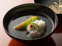 季節の食材を合わせた具と出汁の旨さが調和する『煮物椀』