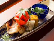 野菜、魚介、豆腐や湯葉などの大豆料理を5~7種盛り付けた皿は、旬の味覚と旨みがつまった玉手箱のような楽しさです。夏にはもみじ葉を添えるなど、季節感を表す「かいしき」のもてなしにも心を込めています。