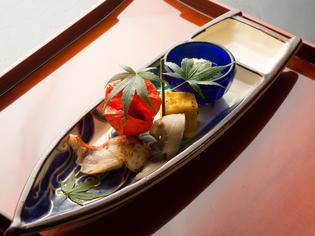 魚介は地元・九州産を中心に旬の味を、野菜は全国の産地から吟味