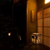 懐石料理の伝統にならい、打ち水でお客様をお出迎えしています