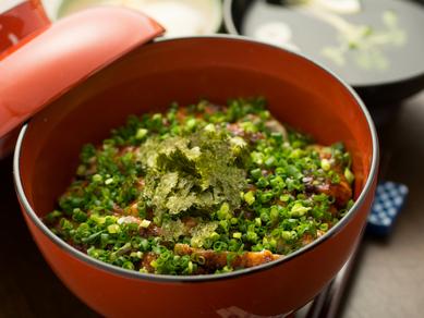 ネギの香り、ワサビの辛み、秘伝のタレがマッチした人気メニュー『鰻わさ丼』
