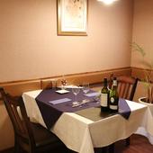 気軽に食事を愉しめる、シンプルなテーブル席をご用意