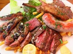 バーニャカウダ・肉尽くし前菜・肉の炭焼き等、前菜・メインともにお肉をたっぷり堪能できる夢の贅沢コース