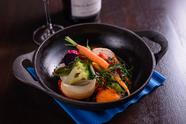 鉄鍋で供するランチコースの定番野菜料理『オーブン焼きサラダ』