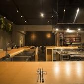 シェフやサービススタッフの動きが見渡せるオープンキッチン