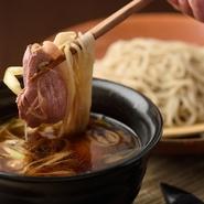 「河内鴨」をたっぷり味わえるメニューをご用意。合わせる野菜は地産野菜のほか、「静岡のワサビ」や、「四万十川のセリ」などを使用。香り高いそば粉は北海道~九州まで、季節によって全国から厳選しています。