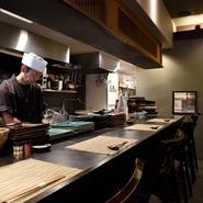 特にヘルシー志向の女性に好まれる食材と言われる鴨肉。料理はもちろん、お酒も楽しみたいという方には日本酒やワイン、シャンパンなどが充実。鴨肉と蕎麦に合うお酒を幅広く楽しめます。