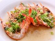 活きた食材は蒸し料理に使うのが香港流。 高温で旨味を逃がさず、海老本来の味を最大限に引き出す逸品。