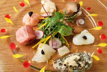 築地から直送の鮮魚を使った、ワクワクするような楽しい前菜