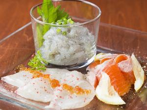 ぷりっと甘い生しらすと旬魚「獲れたて鮮魚のカルパッチョ」