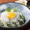 ランチ限定で提供する釜揚げしらす丼(850円)