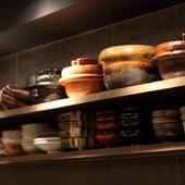 料理の美しさを引き立てるこだわりの器に注目