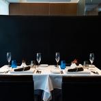 おちついた色使いのシンプルな店内は、テーブルに置かれたブルーのグラスがさわやかなアクセント。洗練された中にリラックスムードが漂うので、気取りのないおもてなし向きです。オリジナルコースの提供も可能。