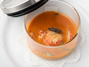 器のふたを開けば、ふわりと立ち上るオマール海老とトリュフのいい香り。食べごたえある大ぶりの海老の身、旨みが凝縮されたスープ。オマール海老を味わい尽くす一皿です。(+2400円)