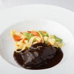 赤身肉を赤ワインだけで3時間以上煮込んでつくるクラシックなブルゴーニュの料理。やわらかく奥行きのある味わいを楽しめます。夏はフランス伝統の生パスタ、冬はじゃがいもなどを付け合わせに。