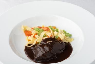 赤身肉を赤ワインだけで煮込んだ『牛ほほ肉の赤ワイン煮込み ブッフ・ブルギニオン』