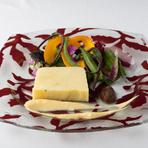 兵庫県産野菜を使用。数種類のジャガイモだけでつくったテリーヌを、ガーリックを利かせたしっかりした味の自家製マヨネーズソースでいただきます。