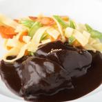 肉はブランドをあえて追わずに、各時期のおいしいものを厳選。牛肉は赤身がしっかりしたもの、豚肉は肉はもとより脂もおいしいものを吟味しています。日本とヨーロッパの珍しいジビエも扱っています。