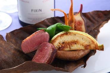 合鴨の旨味が際立つ『塩麹漬け鴨の朴葉焼き 季節の野菜を添えて』