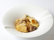 パッケリ・牛ホホ肉とオニオンの白ワインを煮込んだラグーソース