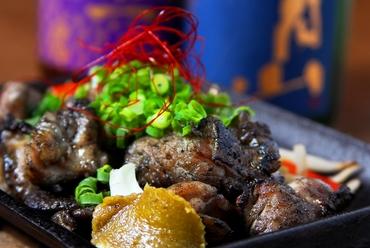 紀州備長炭が鳥取県産大山鶏の魅力を余すことなく引き出し、あふれる旨みと香りを楽しむ名物『黒焼き』