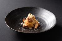 福井県産のフワッとした穴子と、あめ色玉ねぎに実山椒を合わせたパスタです。料理コンクールで3位とジャーナリスト賞を受賞した逸品です。