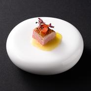 穴子とフォアグラのパスタと共に3位とジャーナリスト賞を受賞した逸品。希少で最高級の紀州鴨を使用し、自家製の味噌漬け卵黄を合わせた一品です。