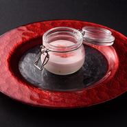 石川県の高木糀商店さんの甘酒を使用したデザート。 スポンジケーキ以外には一切砂糖を使わずに、塩で甘さを引き出した、甘酒と苺のショートケーキです。