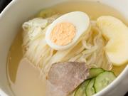 小麦の風味豊かなツルシコの生白麺と自家製スープとの相性もバッチリ(ハーフ:580円)