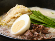 じっくり牛テールを煮込んだスープはトンコツ!?を勝る濃厚スープ