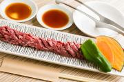 厚めのハラミですが、職人の手により綺麗に隠し包丁が入れられており、食べやすい逸品。自家製のタレに漬け込まれており、味がよく染み込み、柔らかく肉の旨味を逃しません。