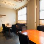 高級イメージの日本料理をかたひじはらず味わえるテーブル席