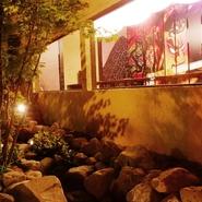 水の流れる庭園を眺める掘りごたつ式の宴会場や、それぞれ異なる趣向を凝らした個室など、店内の雰囲気づくりにも余念がありません。上質な空間でいただく上質な料理は、優雅で充実した時間を約束してくれます。
