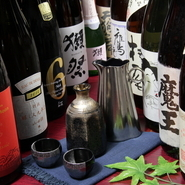 通常の飲み放題付コース(2時間)は、追加料金を払うことでプレミアム飲み放題にすることが可能。耶馬美人や兼八などの焼酎をはじめ、新政や田酒、鍋島などの希少な日本酒、山崎・白州などもメニューに加わります。