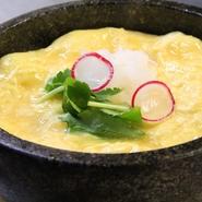 極上の和風出汁と卵を合わせて、石鍋を使用して焼きあげます。御注文を頂いてから焼きあげるつくりたて、石焼きの出汁巻き玉子を御愉しみください。