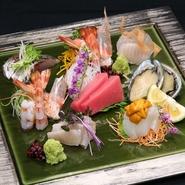 関あじや本鮪トロ…天使の海老…雲丹…、関さばや鱧など日替わりの旬の魚介をお愉しみ頂ける、贅沢な御造り盛りです。