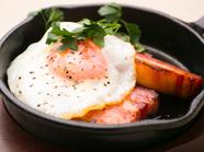 卵とベーコン、王道の組合わせ『グリルべーコン フライエッグのせ』