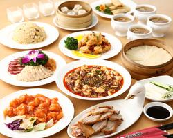 当店自慢の北京ダックに、ショウロンポウやマーボー豆腐、を含む10品を飲み放題付で堪能できるお得なコース