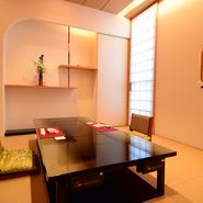 二名から最大二十名まで対応できる大小さまざまなお部屋を完備。掘りごたつやテーブル席など幅広い人数やニーズに合わせて選べます。非日常の時間を親しい人や家族と共にゆったりと過ごせる個室。