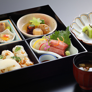 季節のお料理を盛り込んだ松花党弁当。  ■口取 ■造里 ■焚き合わせ ■御飯 ■香の物 ■赤出汁 ■デザート