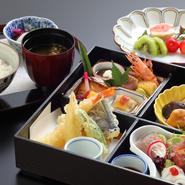 天ぷら・茶碗蒸しも付いたおすすめの弁当。  ■口取 ■造里 ■茶碗蒸し ■焚き合わせ ■揚物 ■御飯 ■香の物 ■赤出汁 ■デザート