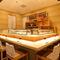 木の風合いを生かした店内で寿司を愉しむ