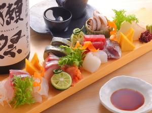 築地市場で仕入れた活きの良い鮮魚が自慢の『刺身十点盛り』