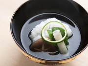 真昆布とシビの出汁に歯ごたえ抜群の明石産の鱧を盛り付け。上品でコクのある旬の味は常連にも人気です。