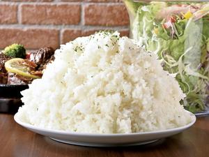 量も食味も大満足。圧倒的な存在感で食欲を満たしてくれる【ひげ】名物の『大ライス』