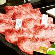 シャリをぐるっとA5ランクのザブトン肉で巻き、上にはたっぷりとウニを盛ります。口の中で全ての食材が同時になくなるバランスでご提供します。召し上がったお客様が思わずうなり声をあげる、人気メニューです。
