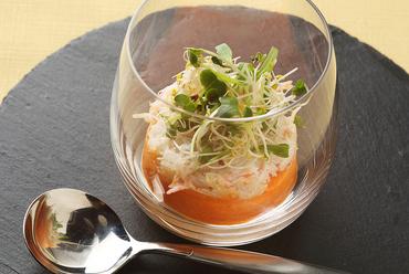 目と舌で味わう美しい一品『野菜のムースと魚介のサラダ』